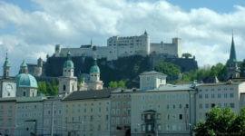 Festung Hohensalzburg vom Salzachkai aus gesehen