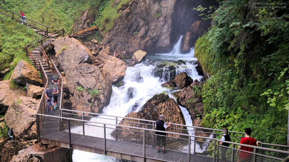 Kleiner Steg an einem Wasserfall