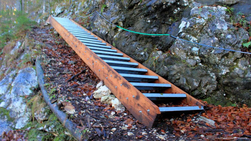 Neue Stufen, nicht wirklich in die Landschaft passend, im Winter gefährlich