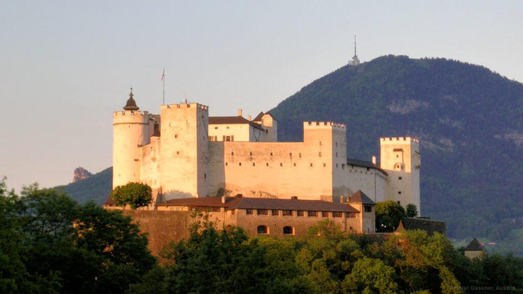 Stadtrundgang durch Salzburg - Festung Hohensalzburg im Abendlicht