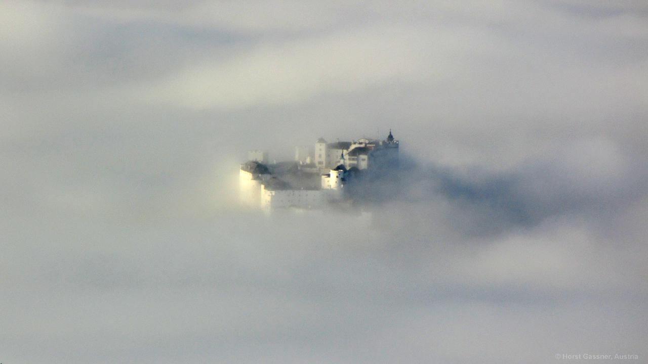 Festung Hohensalzburg versinkt im Nebelmeer