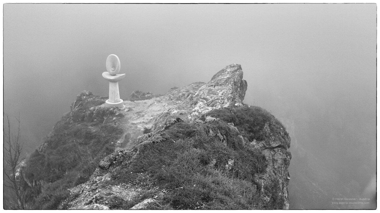 Die Skulptur am Gipfel im Nebel