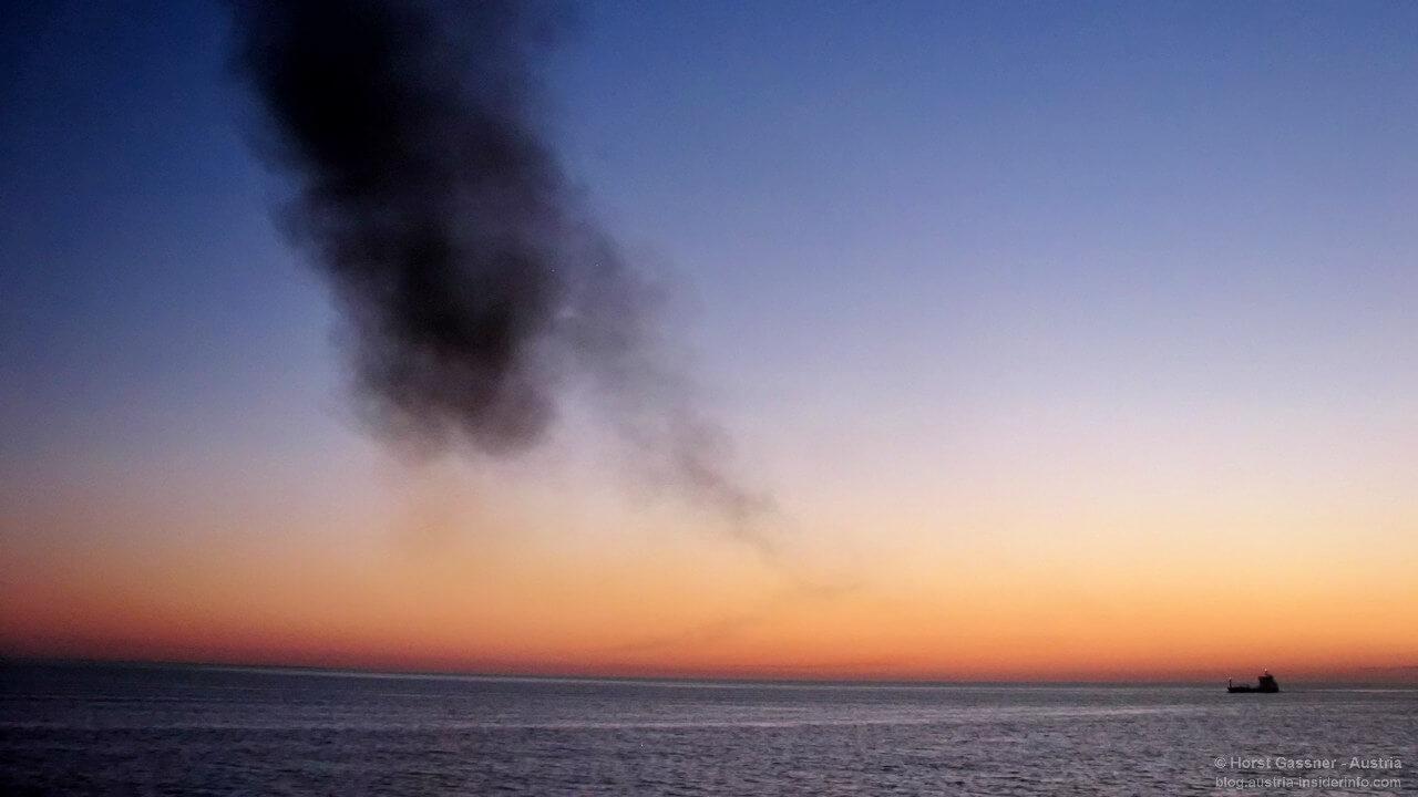 Fährschiffe - auf hoher See fährt man mit Schweröl. Von wegen Blauer Engel!