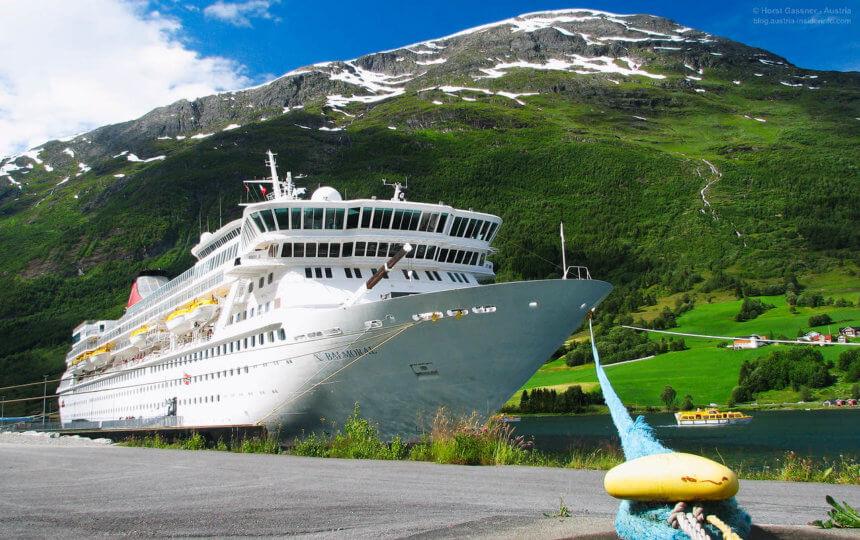 Kreuzfahrtschiff in Olden, Norwegen
