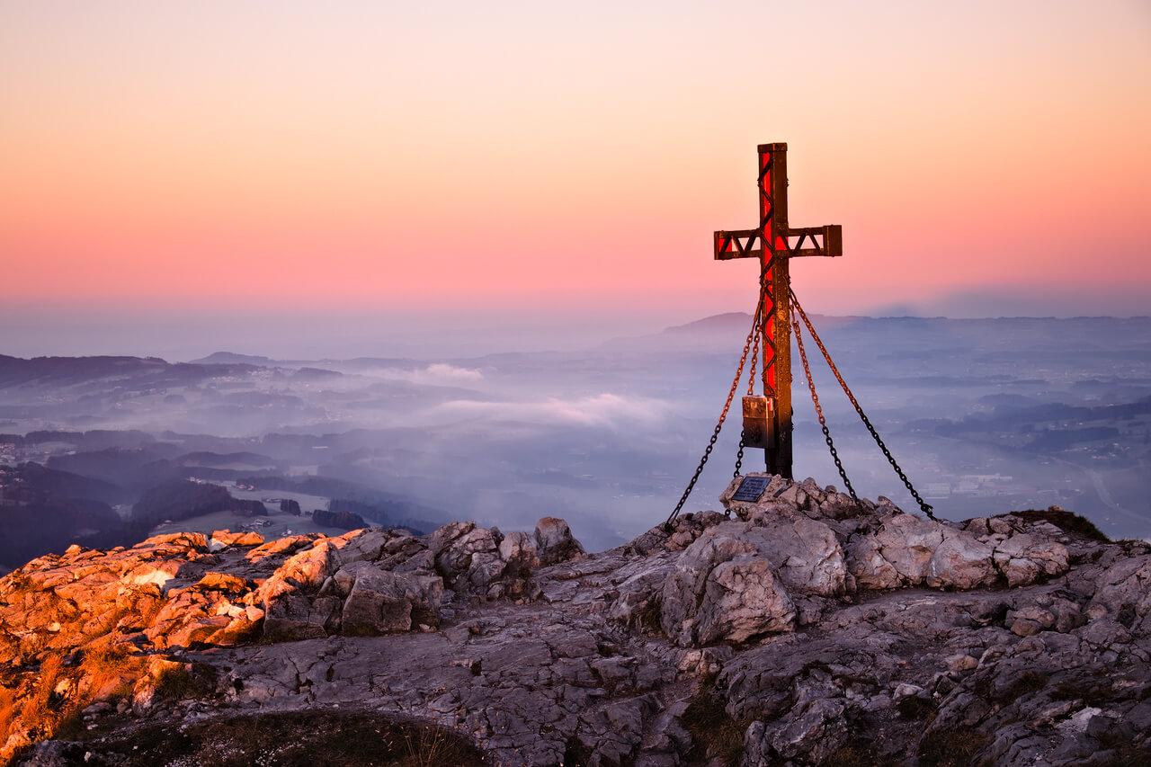 Die schönsten Wanderungen am Fuschlsee - Schober - Gipfelkreuz im Morgenlicht