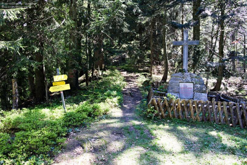 Moser Denkmal - ein Steinkreuz am Wegesrand