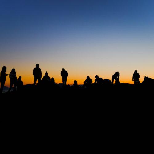 Menschen im Gegenlicht auf Gipfel