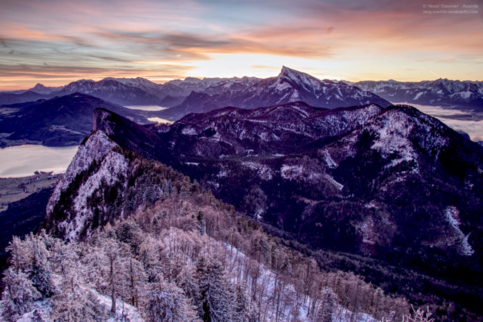 Sonnenaufgang über Bergen im Winter