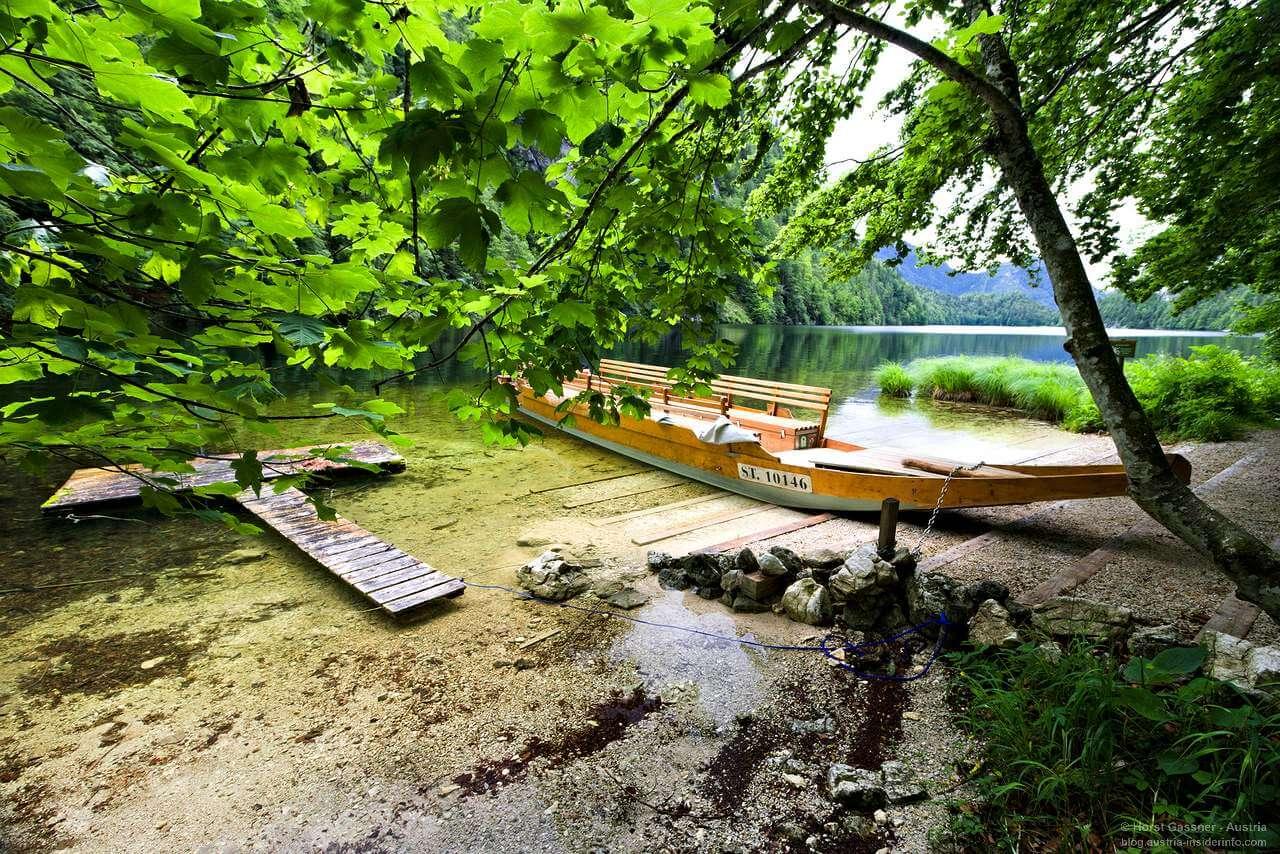 See mit Plätte (ein Boot) im Vordergrund