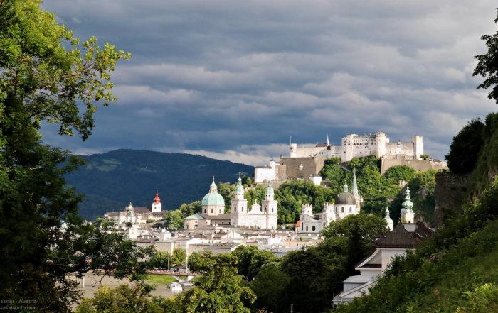 Blick auf die Stadt Salzburg mit Türmen und Festung