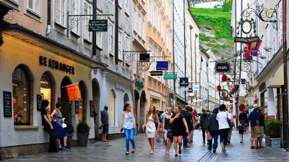 Eine der Top Sehenswürdigkeiten in Salzburg - die Getreidegasse