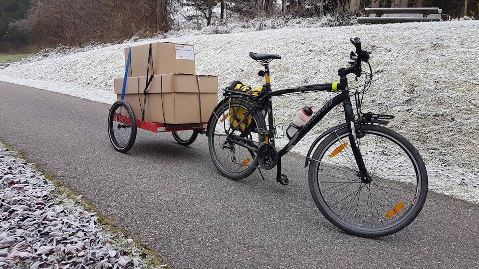 Tiny House selber bauen - Kaminrohr mit dem Fahrrad