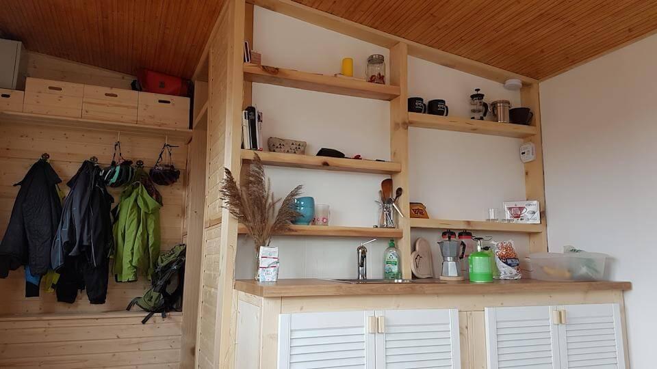 Garderobe und Küche im Tiny House
